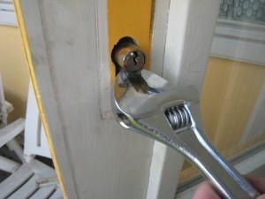 losse cilinder van slot breken door naar links en rechts wrikken